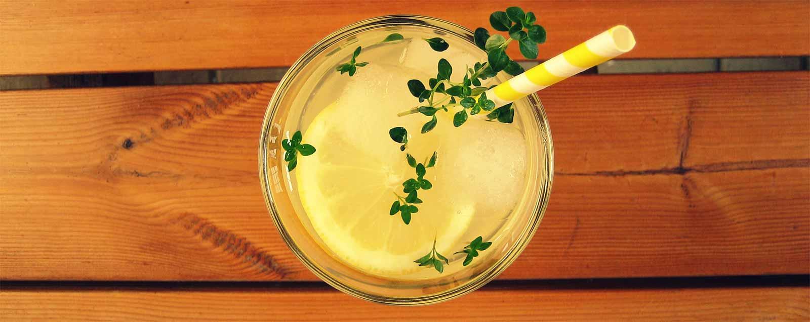 den-sommer-geniessen-rezept-fuer-thymian-limonade